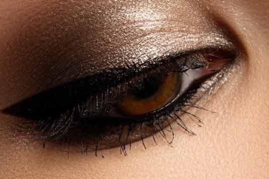 truccare occhi marroni stile nude